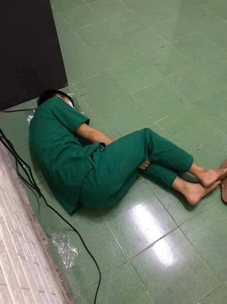 Xót xa cảnh đội ngũ y tế mệt nhoài, nằm ngủ bệt giữa sàn nhà sau khi xuyên đêm lấy 60.000 mẫu xét nghiệm Covid-19-2
