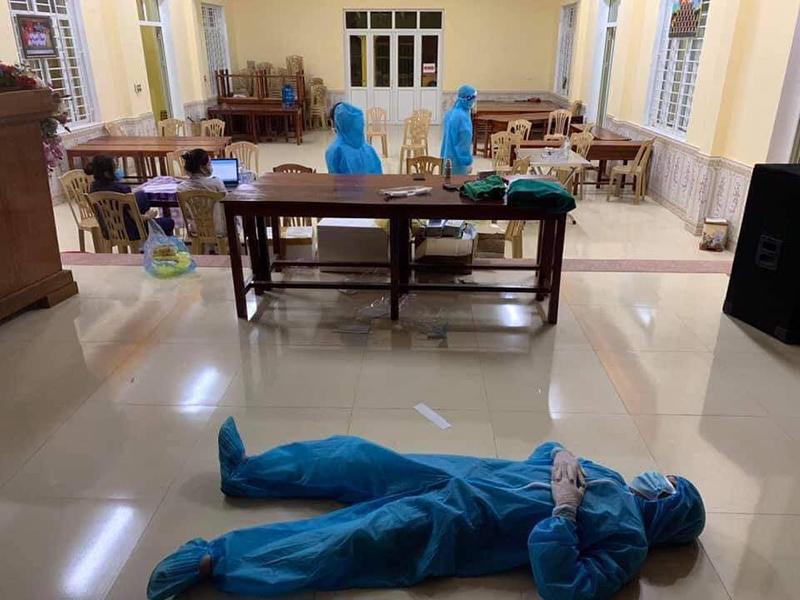 Xót xa cảnh đội ngũ y tế mệt nhoài, nằm ngủ bệt giữa sàn nhà sau khi xuyên đêm lấy 60.000 mẫu xét nghiệm Covid-19-3