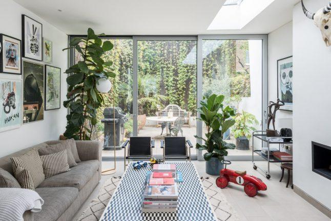 Ngôi nhà với cách bài trí cá tính nhưng không kém phần hiện đại cùng khoảng vườn xanh tươi, là chốn lui về khiến nhiều người mơ ước-4