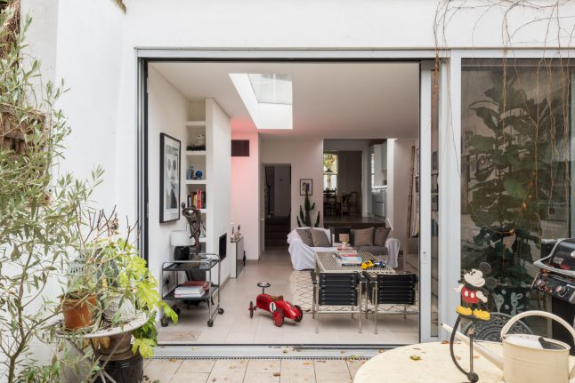 Ngôi nhà với cách bài trí cá tính nhưng không kém phần hiện đại cùng khoảng vườn xanh tươi, là chốn lui về khiến nhiều người mơ ước-14