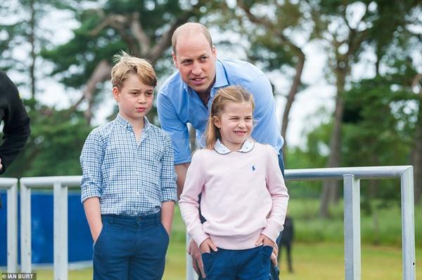 Hoàng tử William xuất hiện rạng rỡ cùng hai con, ngoại hình hiện tại của tiểu hoàng tử và công chúa gây sốt MXH-1