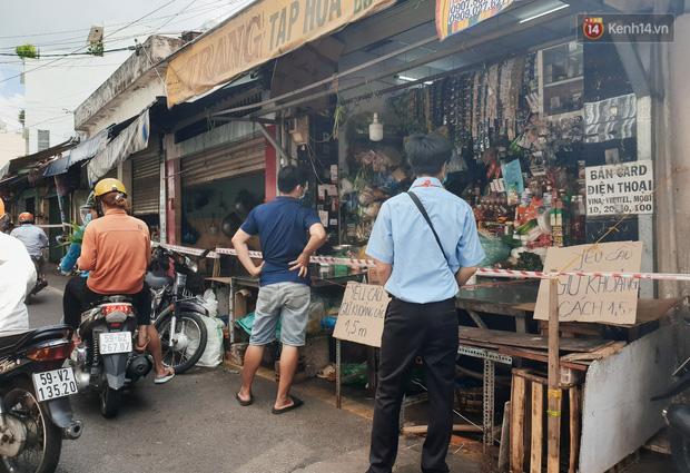 Nhiều tuyến đường ở Sài Gòn được giăng dây, lập hàng rào hạn chế để dẹp chợ tự phát-3