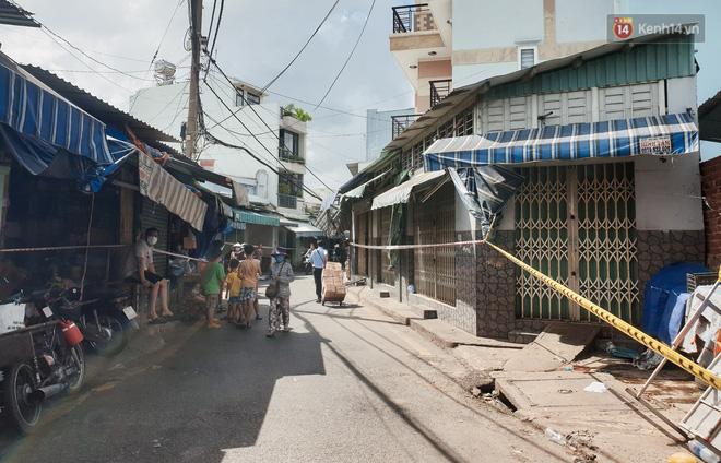 Nhiều tuyến đường ở Sài Gòn được giăng dây, lập hàng rào hạn chế để dẹp chợ tự phát-6