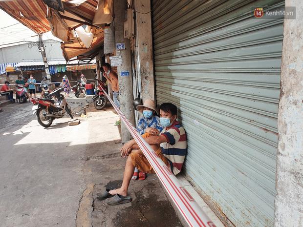 Nhiều tuyến đường ở Sài Gòn được giăng dây, lập hàng rào hạn chế để dẹp chợ tự phát-7