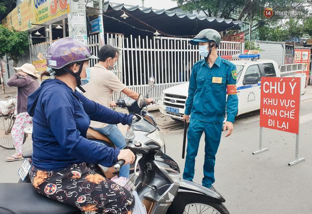 Nhiều tuyến đường ở Sài Gòn được giăng dây, lập hàng rào hạn chế để dẹp chợ tự phát-10