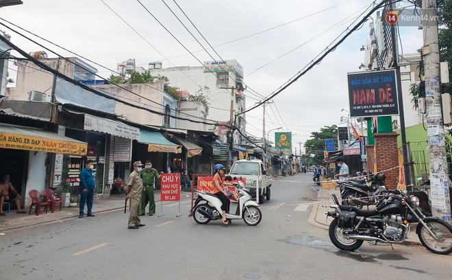 Nhiều tuyến đường ở Sài Gòn được giăng dây, lập hàng rào hạn chế để dẹp chợ tự phát-11