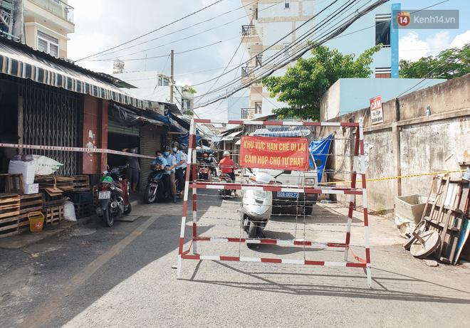Nhiều tuyến đường ở Sài Gòn được giăng dây, lập hàng rào hạn chế để dẹp chợ tự phát-12