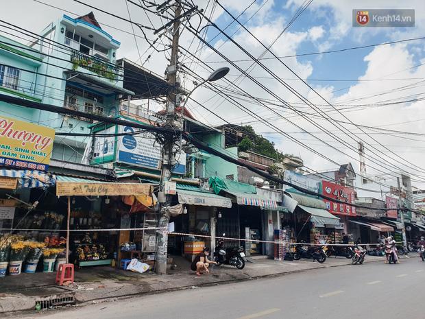 Nhiều tuyến đường ở Sài Gòn được giăng dây, lập hàng rào hạn chế để dẹp chợ tự phát-14