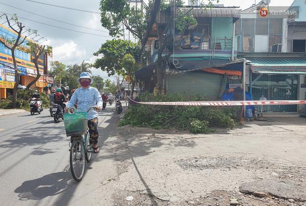 Nhiều tuyến đường ở Sài Gòn được giăng dây, lập hàng rào hạn chế để dẹp chợ tự phát-16