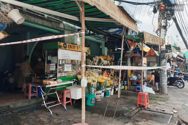 Nhiều tuyến đường ở Sài Gòn được giăng dây, lập hàng rào hạn chế để dẹp chợ tự phát-8