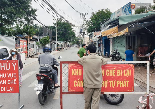 Nhiều tuyến đường ở Sài Gòn được giăng dây, lập hàng rào hạn chế để dẹp chợ tự phát-9