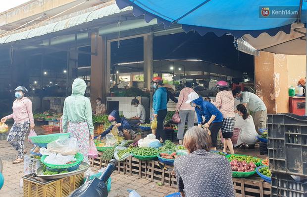 Nhiều tuyến đường ở Sài Gòn được giăng dây, lập hàng rào hạn chế để dẹp chợ tự phát-19