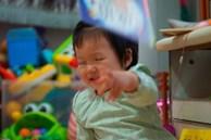 Trẻ thích ném đồ có phải do tính khí bất thường? Biểu hiện trẻ ngày càng thông minh hơn mà hầu hết cha mẹ không phát hiện ra