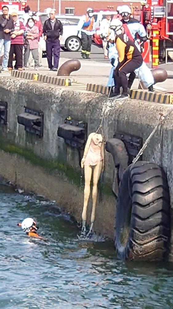 Phát hiện người chết trôi sông, cảnh sát lập tức tới nơi trục vớt thi thể và cảnh tượng sau đó khiến tất cả đều sững sờ vì sốc-4