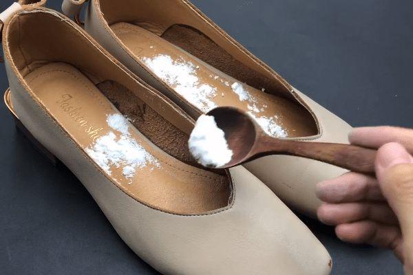 Giày có mùi trong những ngày hè nóng nực? Rắc một ít thứ này lên, giày sẽ không còn mùi sau một ngày-3