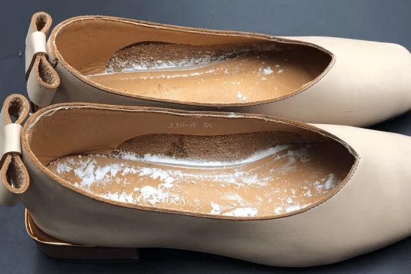 Giày có mùi trong những ngày hè nóng nực? Rắc một ít thứ này lên, giày sẽ không còn mùi sau một ngày-4
