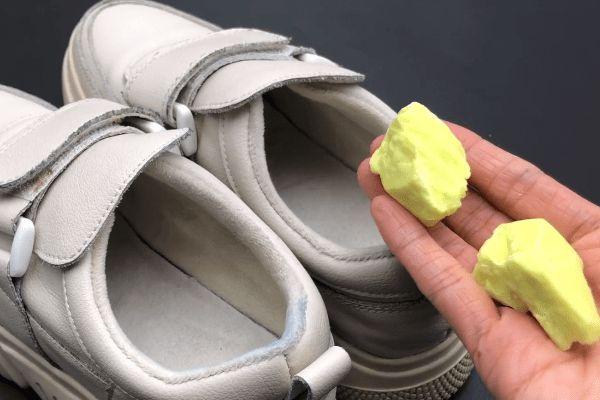 Giày có mùi trong những ngày hè nóng nực? Rắc một ít thứ này lên, giày sẽ không còn mùi sau một ngày-5