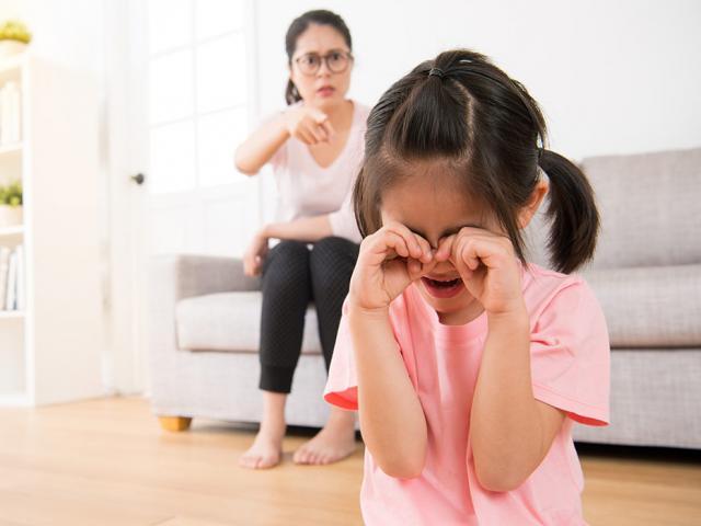 Khi trách phạt mà trẻ có hai kiểu phản ứng này cha mẹ nên dừng lại ngay tức khắc, nếu không hậu quả sẽ rất nghiêm trọng-1