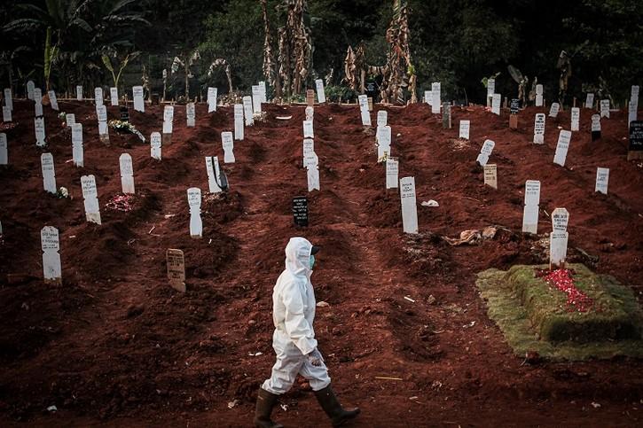 Ám ảnh những nghĩa trang tạm bợ ở quốc gia Đông Nam Á đang bị Covid-19 bủa vây, không khí tang tóc bi thương bao trùm khắp nơi-3