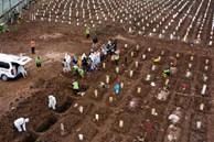 Ám ảnh những nghĩa trang tạm bợ ở quốc gia Đông Nam Á đang bị Covid-19 'bủa vây', không khí tang tóc bi thương bao trùm khắp nơi
