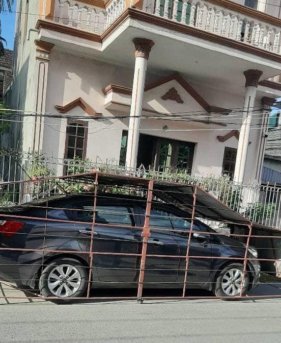Bí chỗ để xe, một gia đình làm chiếc chuồng độc lạ ngay bên đường-2