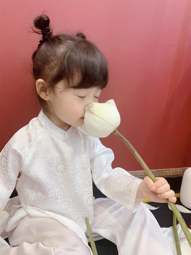 Háo hức rủ cháu gái 3 tuổi chụp ảnh cùng hoa sen, bác gái dở khóc dở cười với cái kết hài nhức nách-1
