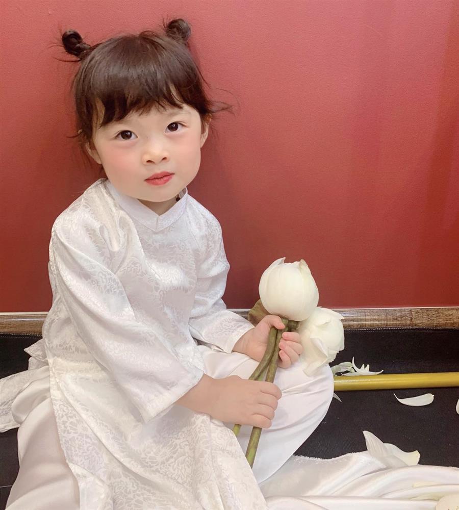 Háo hức rủ cháu gái 3 tuổi chụp ảnh cùng hoa sen, bác gái dở khóc dở cười với cái kết hài nhức nách-2