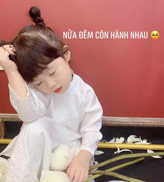 Háo hức rủ cháu gái 3 tuổi chụp ảnh cùng hoa sen, bác gái dở khóc dở cười với cái kết hài nhức nách-3