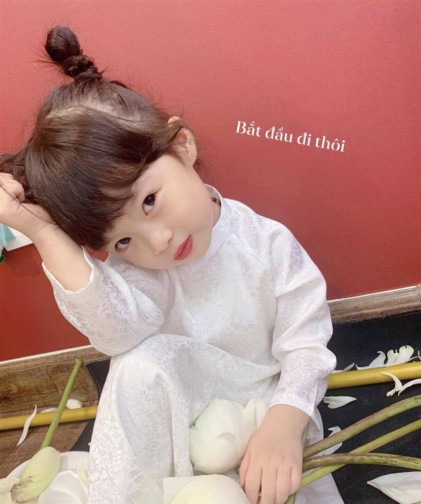 Háo hức rủ cháu gái 3 tuổi chụp ảnh cùng hoa sen, bác gái dở khóc dở cười với cái kết hài nhức nách-4