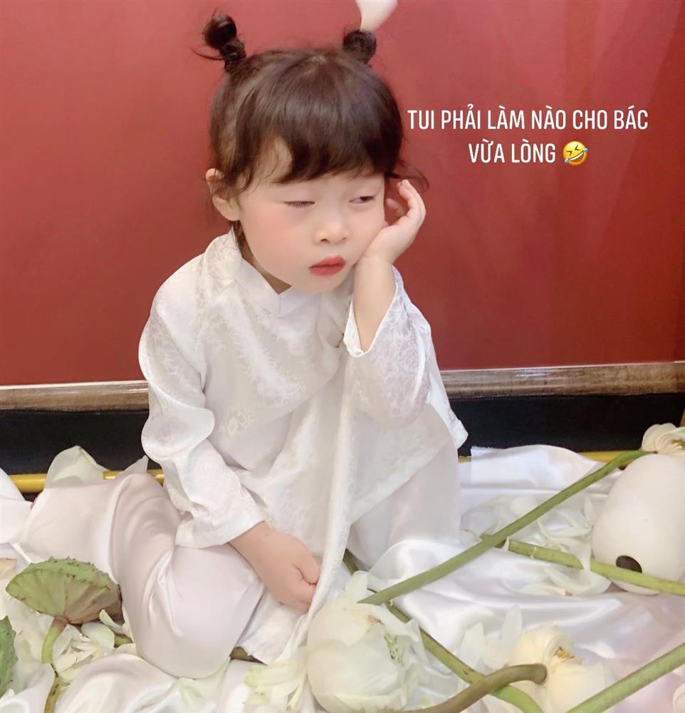 Háo hức rủ cháu gái 3 tuổi chụp ảnh cùng hoa sen, bác gái dở khóc dở cười với cái kết hài nhức nách-5