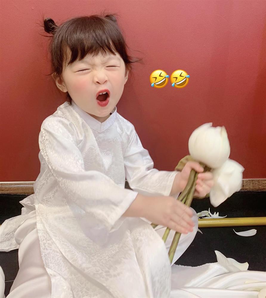 Háo hức rủ cháu gái 3 tuổi chụp ảnh cùng hoa sen, bác gái dở khóc dở cười với cái kết hài nhức nách-6