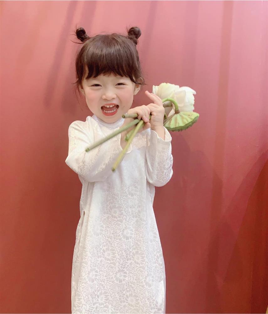 Háo hức rủ cháu gái 3 tuổi chụp ảnh cùng hoa sen, bác gái dở khóc dở cười với cái kết hài nhức nách-7