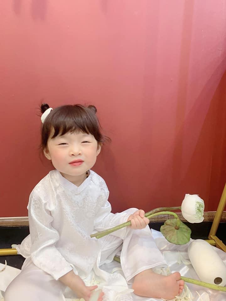 Háo hức rủ cháu gái 3 tuổi chụp ảnh cùng hoa sen, bác gái dở khóc dở cười với cái kết hài nhức nách-8