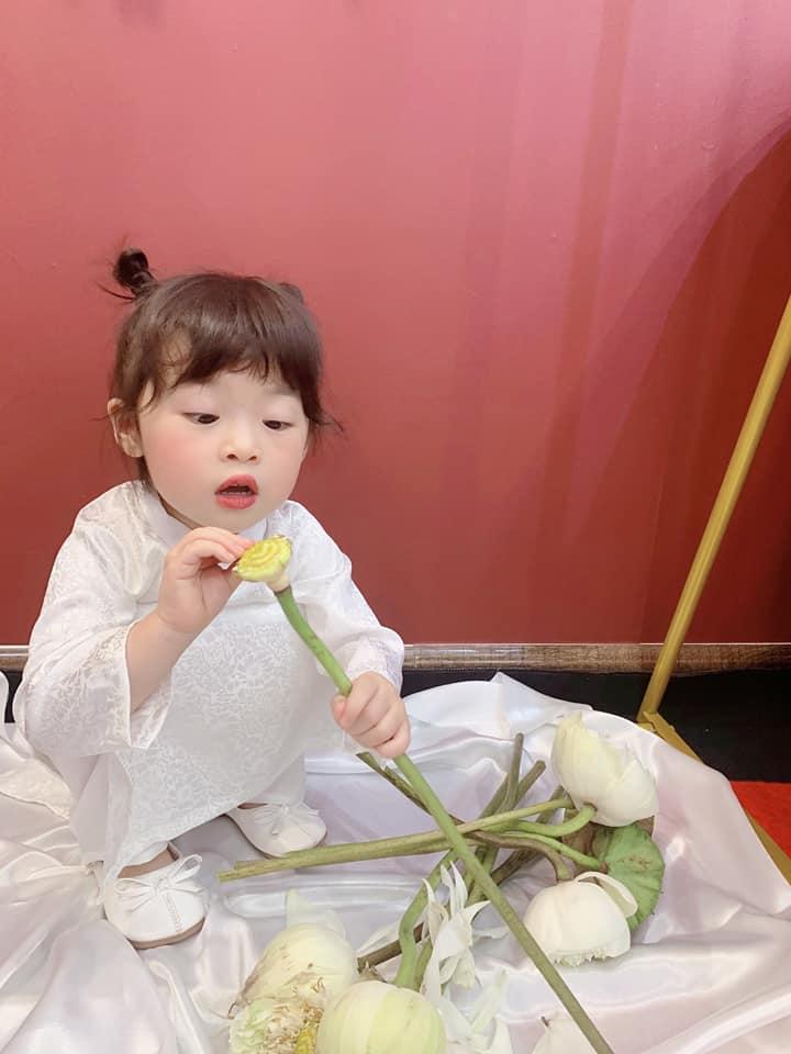 Háo hức rủ cháu gái 3 tuổi chụp ảnh cùng hoa sen, bác gái dở khóc dở cười với cái kết hài nhức nách-9