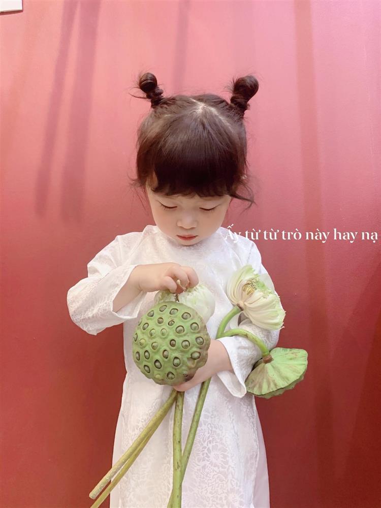 Háo hức rủ cháu gái 3 tuổi chụp ảnh cùng hoa sen, bác gái dở khóc dở cười với cái kết hài nhức nách-10