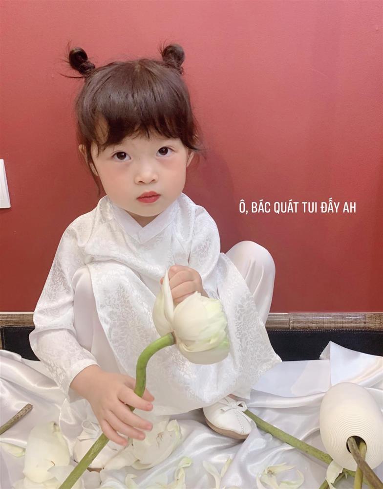 Háo hức rủ cháu gái 3 tuổi chụp ảnh cùng hoa sen, bác gái dở khóc dở cười với cái kết hài nhức nách-11