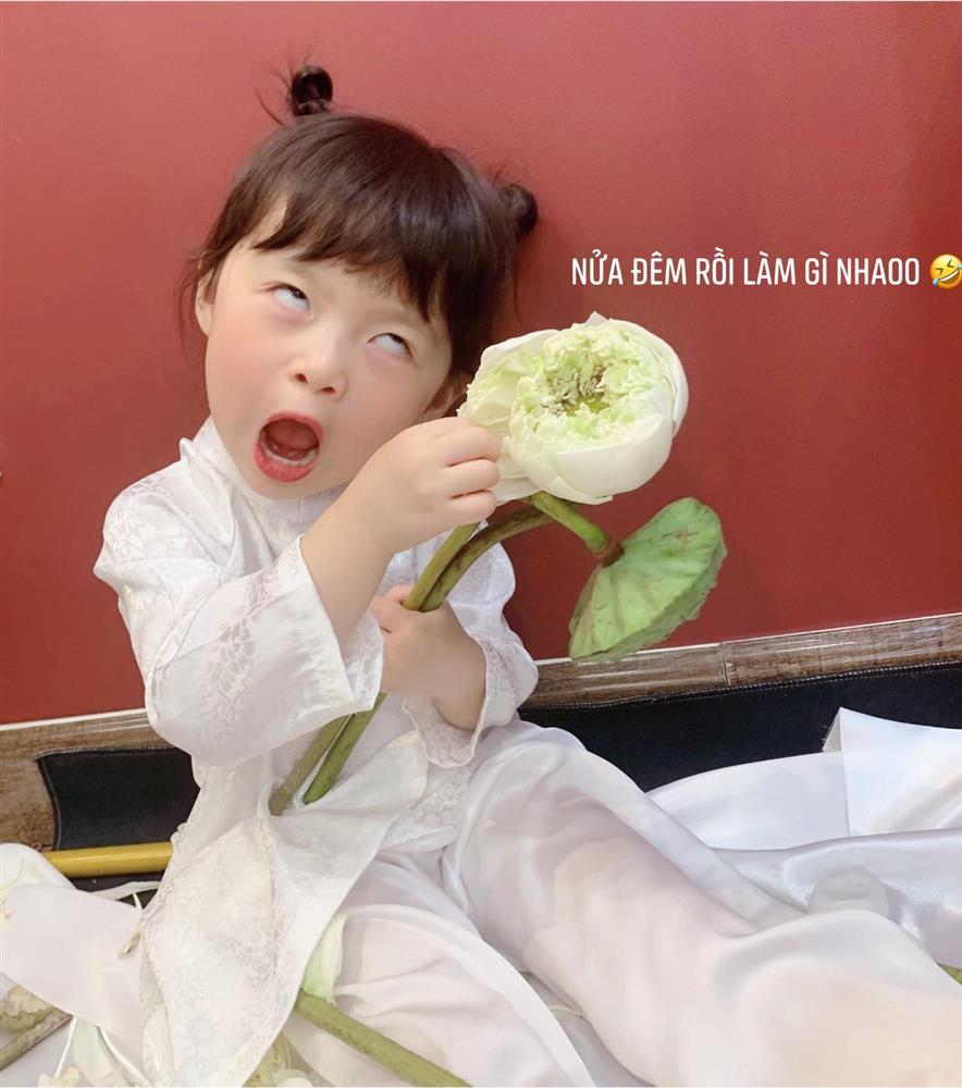 Háo hức rủ cháu gái 3 tuổi chụp ảnh cùng hoa sen, bác gái dở khóc dở cười với cái kết hài nhức nách-12