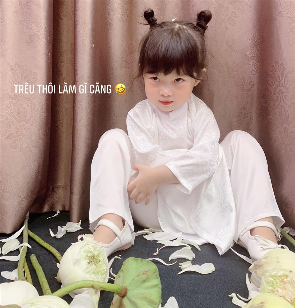 Háo hức rủ cháu gái 3 tuổi chụp ảnh cùng hoa sen, bác gái dở khóc dở cười với cái kết hài nhức nách-14