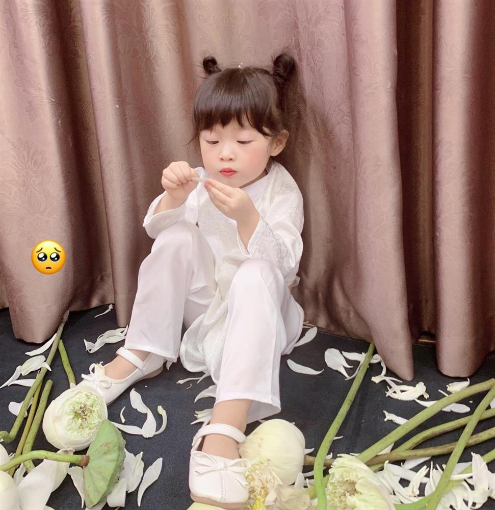 Háo hức rủ cháu gái 3 tuổi chụp ảnh cùng hoa sen, bác gái dở khóc dở cười với cái kết hài nhức nách-15