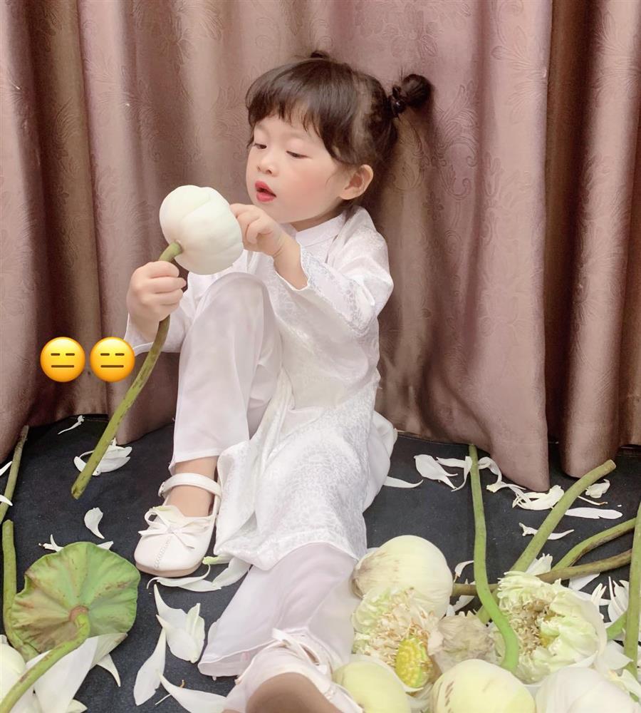Háo hức rủ cháu gái 3 tuổi chụp ảnh cùng hoa sen, bác gái dở khóc dở cười với cái kết hài nhức nách-16