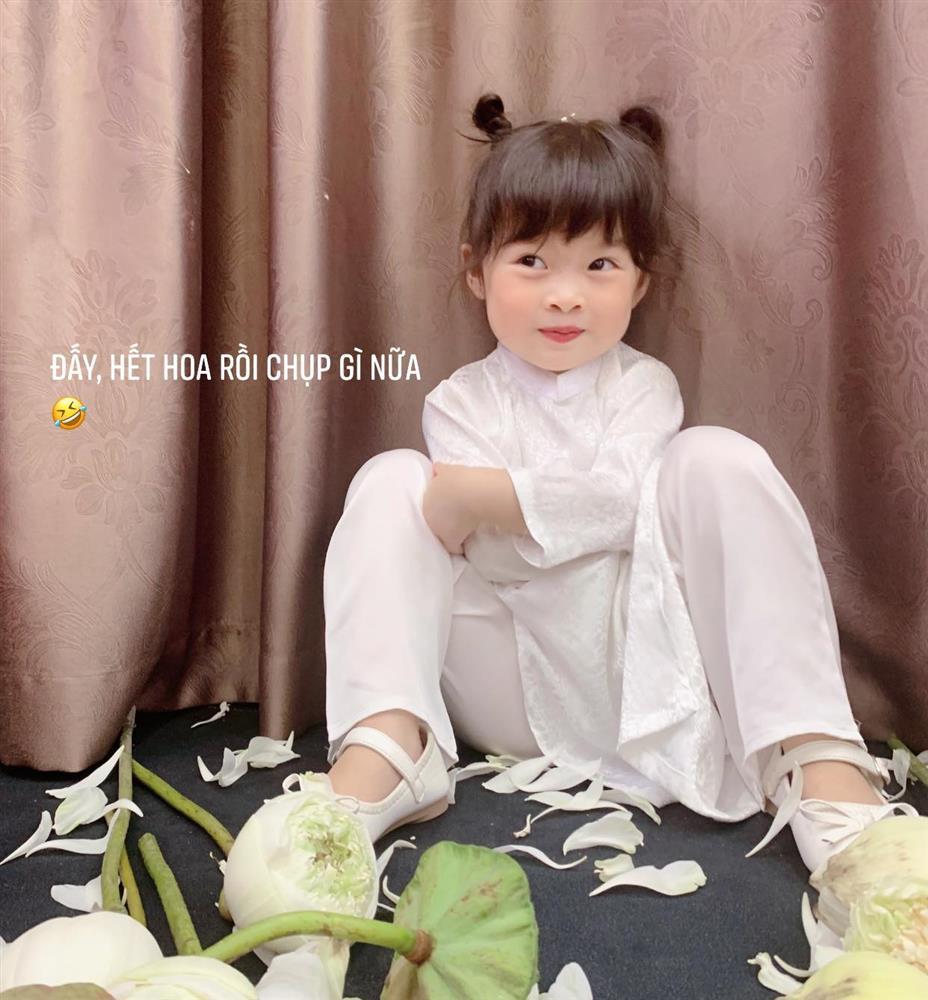 Háo hức rủ cháu gái 3 tuổi chụp ảnh cùng hoa sen, bác gái dở khóc dở cười với cái kết hài nhức nách-17