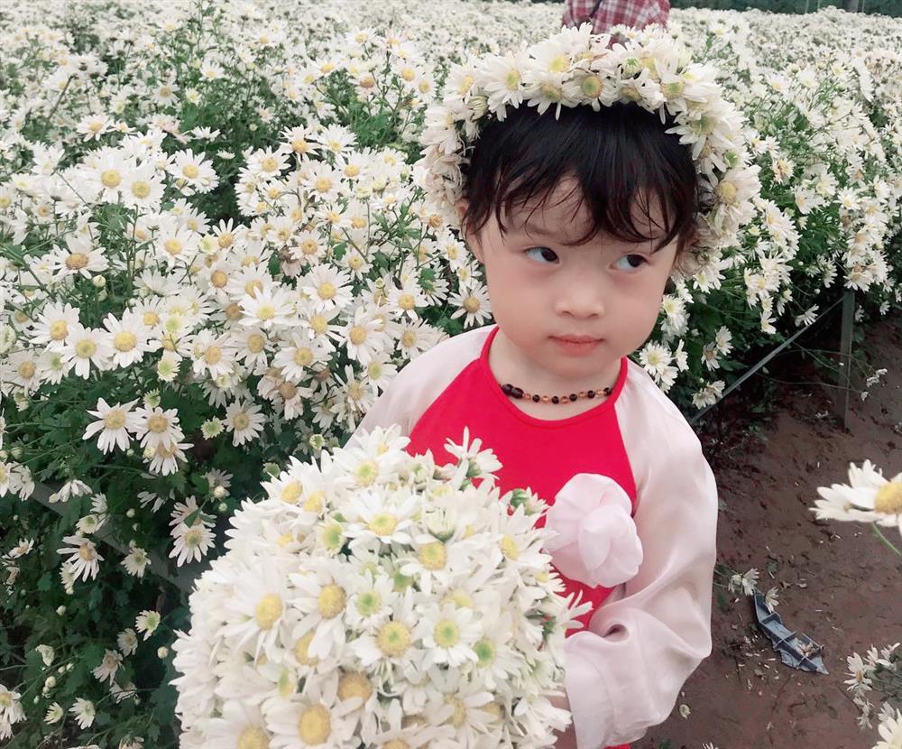 Háo hức rủ cháu gái 3 tuổi chụp ảnh cùng hoa sen, bác gái dở khóc dở cười với cái kết hài nhức nách-19