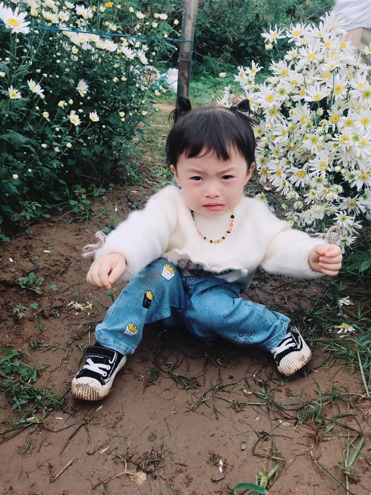 Háo hức rủ cháu gái 3 tuổi chụp ảnh cùng hoa sen, bác gái dở khóc dở cười với cái kết hài nhức nách-23