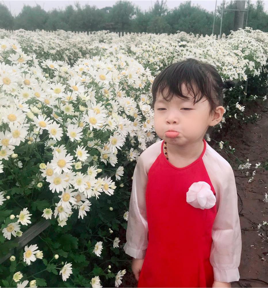 Háo hức rủ cháu gái 3 tuổi chụp ảnh cùng hoa sen, bác gái dở khóc dở cười với cái kết hài nhức nách-24