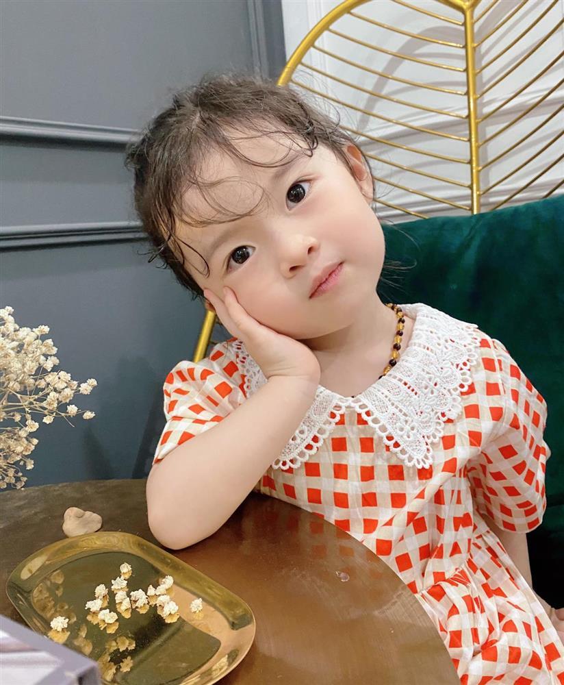 Háo hức rủ cháu gái 3 tuổi chụp ảnh cùng hoa sen, bác gái dở khóc dở cười với cái kết hài nhức nách-27