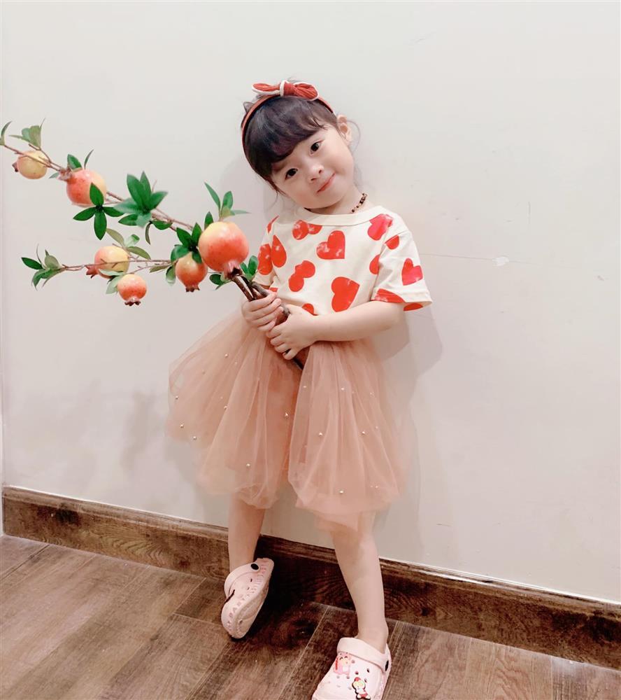 Háo hức rủ cháu gái 3 tuổi chụp ảnh cùng hoa sen, bác gái dở khóc dở cười với cái kết hài nhức nách-28