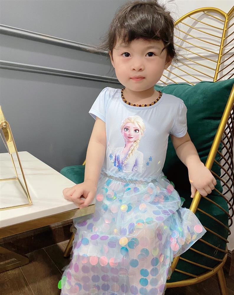Háo hức rủ cháu gái 3 tuổi chụp ảnh cùng hoa sen, bác gái dở khóc dở cười với cái kết hài nhức nách-29