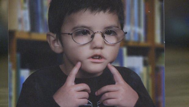 """Vừa ra đời đã bị bác sĩ vô tình làm rơi, bé trai từng được chẩn đoán suốt đời không thể cười"""" gây xúc động với hình ảnh sau 12 năm-1"""