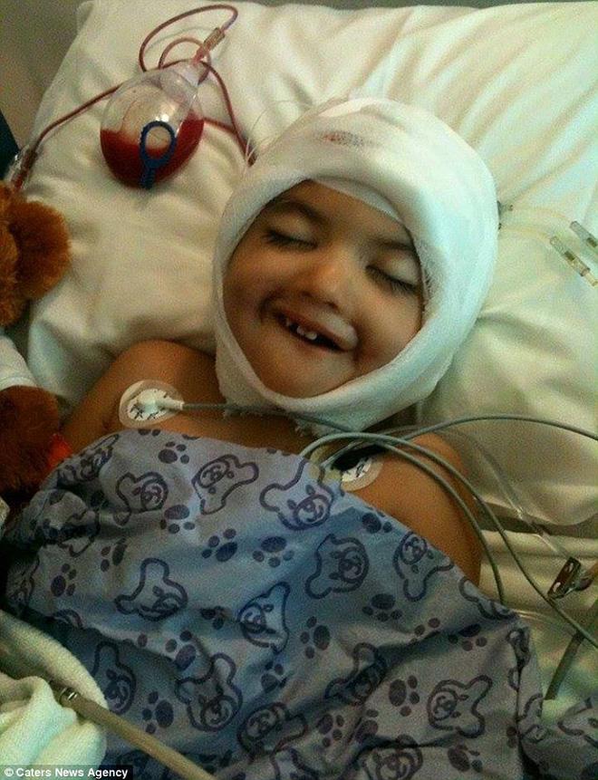 """Vừa ra đời đã bị bác sĩ vô tình làm rơi, bé trai từng được chẩn đoán suốt đời không thể cười"""" gây xúc động với hình ảnh sau 12 năm-4"""