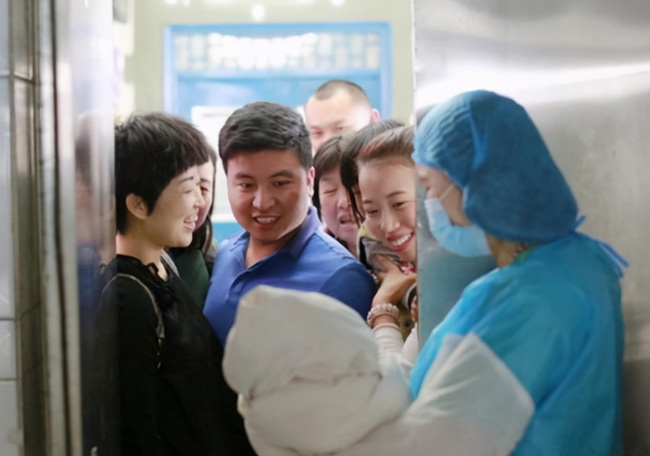 Con ra đời, ông bố muốn là người đầu tiên bế bé nhưng bị từ chối, khi hiểu lý do anh liên tục cảm ơn y tá-1